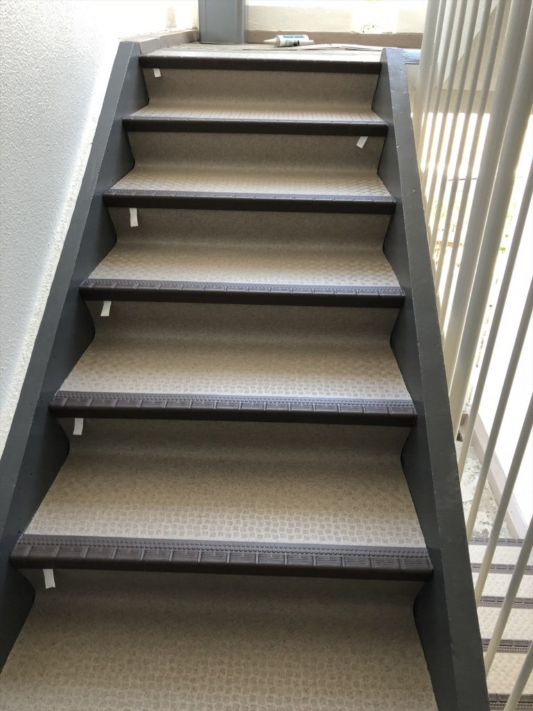 某共用階段 長尺シートの張替え アフター