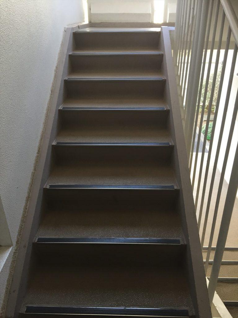 某共用階段 長尺シートの張替え ビフォー